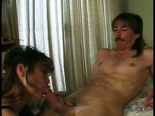Hawt oriental milf se pone de rodillas y le da a un joven chico un gran sexo