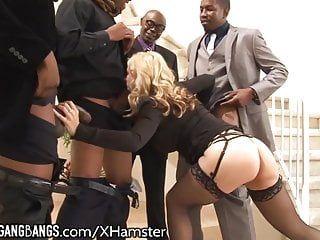 Милфа жаждет больших черных членов в каждую апертуру и кончает на лицо