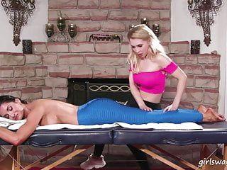Erstaunliche Massagetherapie mit 2 heißen hawt Mädchen.