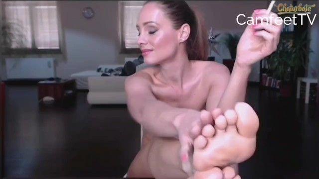 Older fume les pieds nus dans le salon