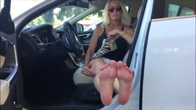 Golden-haired milf cant live without camera attention on her feet feetondash