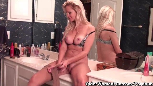 Older soccer mommy with d-cup pointer sisters masturbates in hose