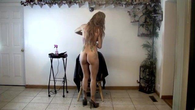 Nackte Friseurin schneidet ihren Kunden die Haare